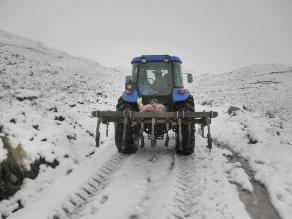Limpian carreteras tras caída de nevada en Apurímac