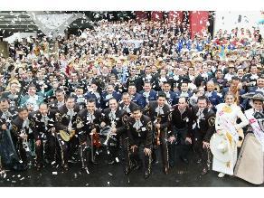 Imponen récord Guinness de 700 mariachis tocando al unísono