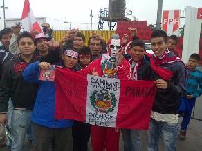 Hinchas alientan a la selección peruana en el frontis de la Videna