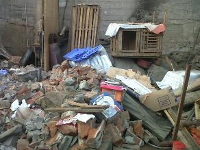 Familia de Carabayllo pide ayuda tras derrumbe de pared sobre su casa