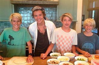 Harry de One Direction cocina con hijos de Cindy Crawford