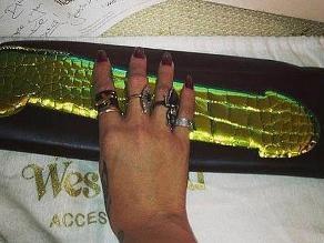 Rihanna aparece usando bolso con forma de pene