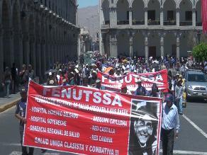 Trabajadores de Salud bloquean ingresos a Plaza de Armas de Arequipa