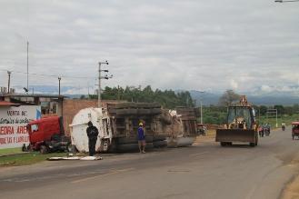 Camión cisterna se vuelca en vía de evitamiento de Tarapoto