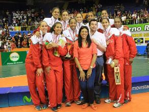Selección de voleibol celebró en el podio del Sudamericano de Ica