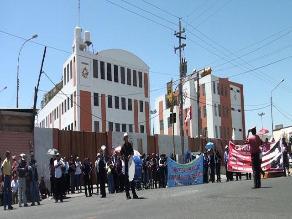 Trabajadores de Salud bloquean vías en Arequipa