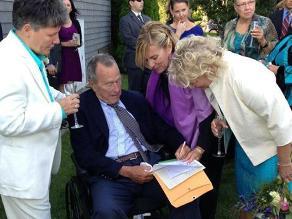 George Bush padre ha sido testigo en una boda gay