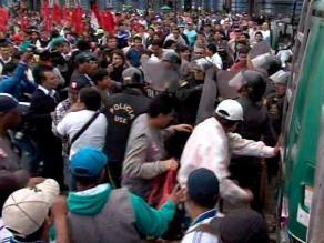 CGTP se enfrenta a Policía durante concentración en Plaza Dos de Mayo