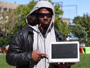 Hombre de Nueva York pasa de mendigo a experto en computación en un mes