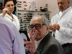 García Márquez, sonriente y de buen humor visita centro comercial en México