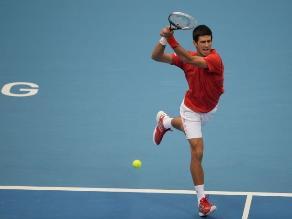 Djokovic gana en Pekín y continúa defensa de su cetro con uñas y dientes