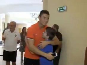 Cristiano Ronaldo compartió con niño discapacitado en concentración