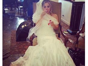 Kaley Cuoco publica foto luciendo vestido de novia