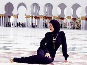 Rihanna es expulsada de mezquita por fotos