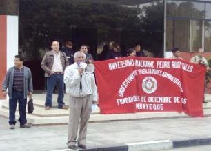 Trabajadores protestan contra rector de universidad de Lambayeque