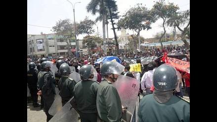 Huacho: Universitarios vuelven a tirar huevos a fachada de municipio