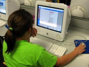 Niños y niñas que pasan más tiempo en la computadora que en el parque