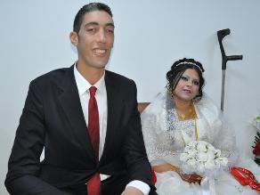 Hombre más alto del mundo se casa con mujer que le llega a la cintura