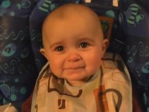 Lágrimas de bebé al escuchar cantar a su madre conmueven en la red