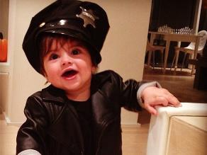 Shakira disfrazó a su hijo Milan de un pequeño policía