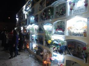 Huánuco: Familias iluminaron los nichos de sus seres queridos