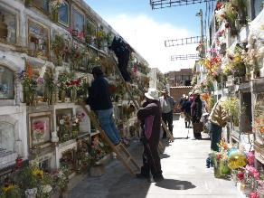 Niños arrasan con alquiler de escaleras en cementerios de Cajamarca