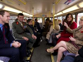 Guillermo y Catalina suben a autobús para unirse al recuerdo de caídos