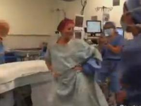 Mujer bailando antes de mastectomía es sensación en Internet
