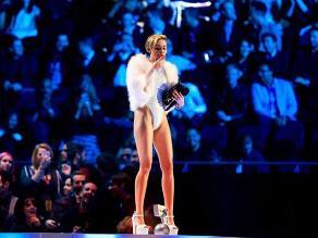 Miley Cyrus festeja premio fumando sobre el escenario