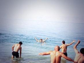 Uruguay celebró la goleada ante Jordania bañándose en el Mar Muerto