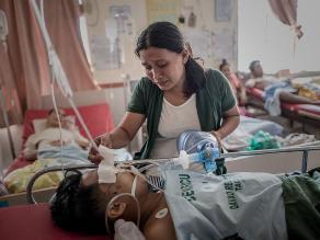 Filipinas: mujer bombea oxígeno a esposo en hospital sin electricidad