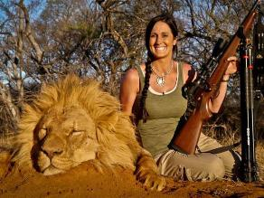 Piden deportar a ´cazadora indomable´ por foto con león que mató