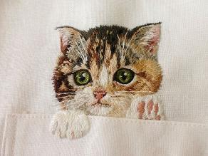 Llevar gatos bordados en la camisa es la nueva moda que se impone