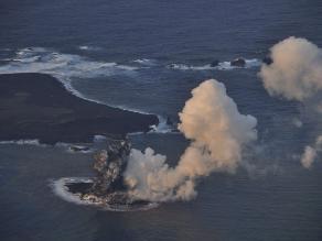 La actividad volcánica forma una pequeña isla al sur de Japón