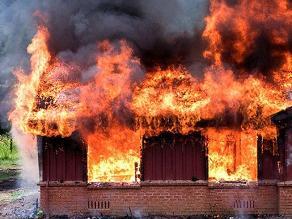 Sorprendente: griego quema su casa antes que el banco se lo quite