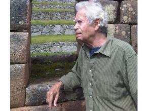 Presentan la poesía completa de Rodolfo Hinostroza