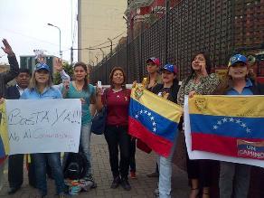 Grupo de venezolanos realiza protesta en embajada de su país