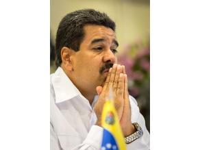 Maduro ordena distribuir entre militares y estudiantes libro de Chávez
