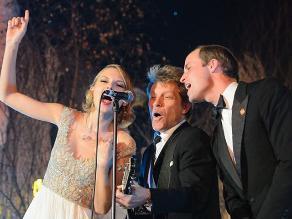 El príncipe Guillermo canta al lado de Taylor Swift y Jon Bon Jovi
