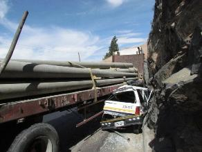 Arequipa: Tráiler aplasta automóvil y conductor sale ileso