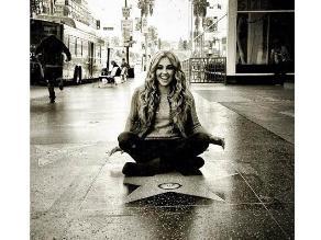 Thalía hace yoga sobre su estrella en el Paseo de la Fama