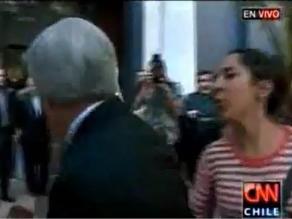 Chile: Mujer escupe a Piñera en velatorio de sacerdote defensor de DDHH