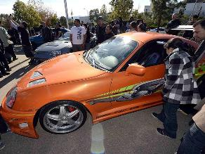 Miles de fans recuerdan a Paul Walker con caravana de autos deportivos