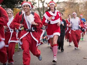 Miles de Papá Noel participan de una maratón por Navidad en Londres