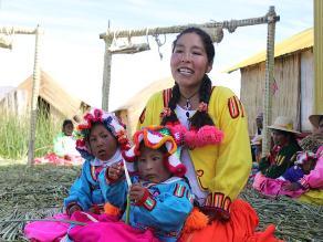 Amalia Suaña y los pequeños de Los Uros