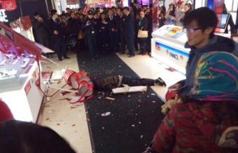 China: Cansado de 5 horas de shopping con su novia se tira del piso 7