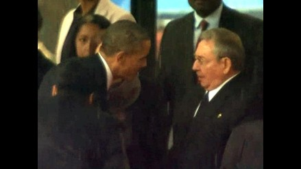 Obama y Raúl Castro se dan la mano en el funeral de Mandela