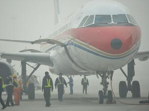Polución en China lleva a pilotos a entrenarse para aterrizar a ciegas