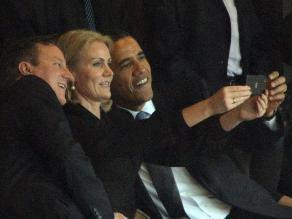 Cameron bromea sobre la foto con Obama y la premier danesa