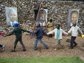Avalancha de público obliga a cerrar accesos a velatorio de Mandela